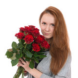 Jonge gelukkige vrouw met boeket van rode rozenbloemen Stock Afbeelding