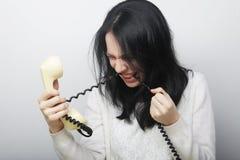 Jonge gelukkige vrouw met uitstekende telefoon stock afbeeldingen