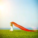 Jonge gelukkige vrouw op tarwegebied met stof De zomerlevensstijl Royalty-vrije Stock Fotografie