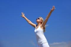 Jonge gelukkige vrouw in wit Royalty-vrije Stock Foto