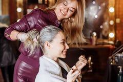 Jonge gelukkige vrouwenklant in schoonheidsstudio royalty-vrije stock foto