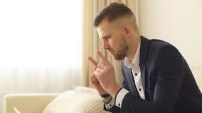 Jonge gelukkige zakenman de transactie stock videobeelden
