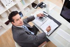 Jonge gelukkige zakenman, die bij het bureau werkt Royalty-vrije Stock Fotografie