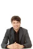 Jonge gelukkige zakenmanzitting achter het bureau Royalty-vrije Stock Foto