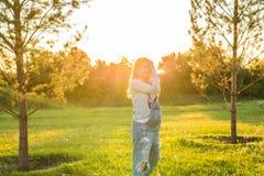 Jonge gelukkige zwangere vrouw die en van het leven in aard ontspannen genieten Mistig dalingseiland Copyspace Stock Afbeeldingen