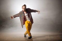 Jonge gemberjongen die zijn het dansen talent tonen aan mensen royalty-vrije stock afbeelding