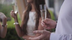 Jonge gembermens het openen champagne, het vrouwelijke vrienden lachen stock footage