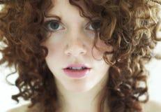 Jonge gemengde vrouw met krullend donker haar Royalty-vrije Stock Afbeeldingen