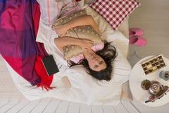 Jonge gescheiden vrouw die in bed liggen stock afbeeldingen
