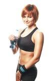 Jonge geschikte vrouw die en zich camera met fles wa bevinden bekijken Stock Fotografie