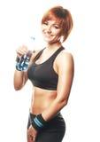 Jonge geschikte vrouw die en zich camera met fles wa bevinden bekijken Stock Foto