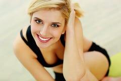 Jonge geschikte vrouw die op camera glimlachen stock afbeeldingen