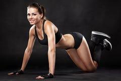 Jonge geschikte vrouw in sportenuitrusting royalty-vrije stock afbeeldingen