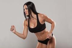 Jonge geschikte vrouw in sportenuitrusting, studiofoto stock foto's