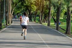 jonge geschiktheidsvrouw die in de park openlucht, vrouwelijke agent op de weg buiten lopen, Aziatische atletenjogging en oefenin royalty-vrije stock foto