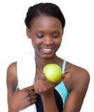 Jonge geschiktheidsvrouw die een appel eet royalty-vrije stock fotografie