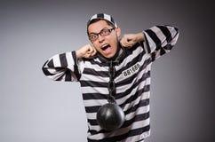 Jonge gevangene in kettingen tegen grijs stock foto