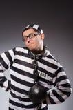 Jonge gevangene in kettingen tegen grijs royalty-vrije stock afbeelding