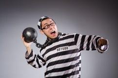 Jonge gevangene in kettingen tegen grijs stock fotografie