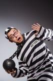 Jonge gevangene in kettingen tegen grijs royalty-vrije stock afbeeldingen