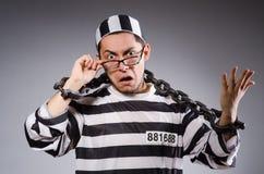 Jonge gevangene in kettingen tegen grijs stock afbeeldingen