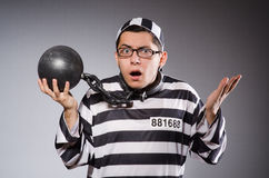 Jonge gevangene in kettingen tegen grijs stock foto's