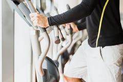 Jonge gezonde groep die mensen op een elliptische trainer uitwerken Royalty-vrije Stock Foto