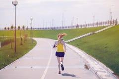 Jonge gezonde levensstijlvrouw die bij zonsopgangweg lopen Stock Fotografie