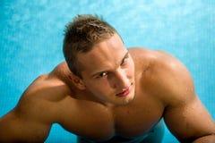 Jonge gezonde mens met spierlichaam stock foto's