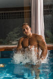 Jonge gezonde mens met spierlichaam royalty-vrije stock afbeeldingen