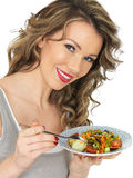 Jonge Gezonde Vrouw die een Verse Tuin Gemengde Salade eten Stock Fotografie