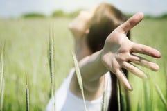 Jonge, gezonde vrouw die van het leven genieten Stock Foto's