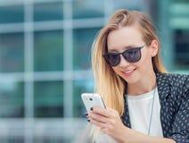 Jonge gilr met mobiele telefoon royalty-vrije stock afbeeldingen