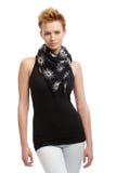 Jonge gingerishvrouw in zwarte bovenkant en sjaal Stock Foto's