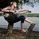 Jonge gitarist het aanpassen gitaar Stock Foto