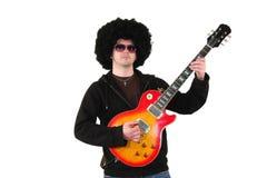 Jonge gitarist met een pruik en zonnebril Royalty-vrije Stock Afbeelding