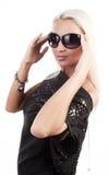 Jonge glamvrouw die zonnebril draagt Royalty-vrije Stock Afbeeldingen