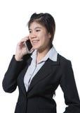 Jonge glimlachende bedrijfsvrouw die met mobiele telefoon in haar hand spreken Royalty-vrije Stock Afbeelding
