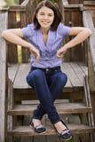 Jonge glimlachende donkerbruine vrouw Stock Foto's