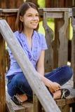 Jonge glimlachende donkerbruine vrouw Stock Fotografie