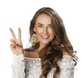 Jonge glimlachende donkerbruine vrouw die overwinning of vredesteken tonen Royalty-vrije Stock Foto's