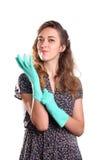 Jonge glimlachende huisvrouwenreinigingsmachine Stock Afbeeldingen