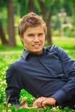Jonge glimlachende mens Royalty-vrije Stock Foto's