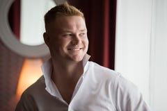 Jonge glimlachende mens, bruidegomochtend Stock Afbeeldingen