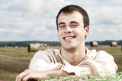 Jonge glimlachende mensen in nationaal Witrussisch kostuum stock afbeelding