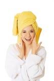 Jonge glimlachende vrouw in badjas Stock Afbeelding