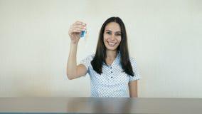 Jonge glimlachende vrouw bij de ontvangst stock footage