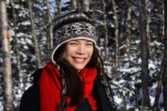 Jonge glimlachende vrouw in de winter Royalty-vrije Stock Foto's