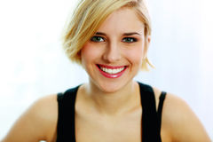 Jonge glimlachende vrouw die op een witte achtergrond wordt geïsoleerd Royalty-vrije Stock Foto's