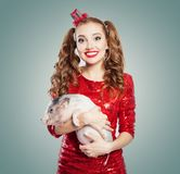 Jonge glimlachende vrouw en weinig varken, manierportret stock afbeelding